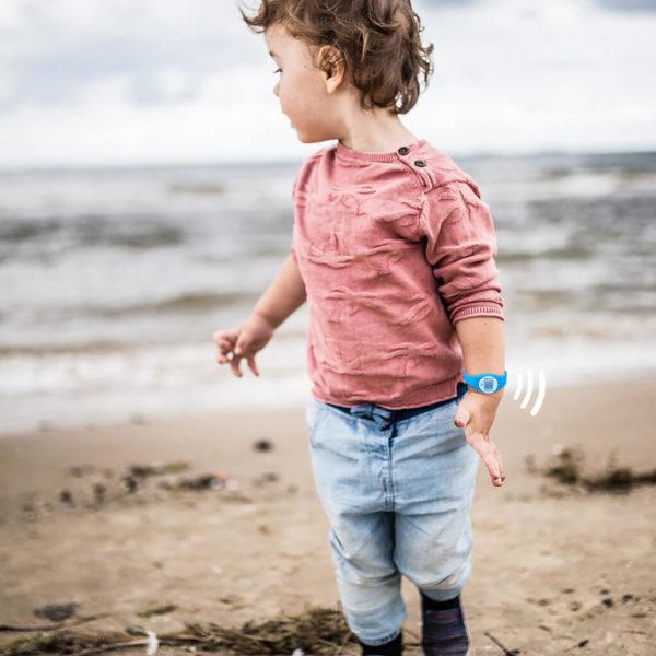 Kind met TagOnce armband blauw
